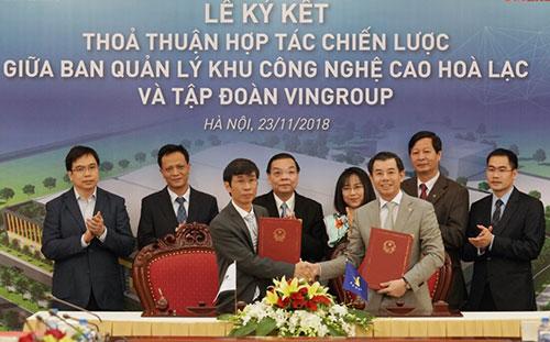 Đại diện Ban Quản lý Khu CNC Hòa Lạc và Tập đoàn Vingroup ký thỏa thuận hợp tác. Ảnh: BN.
