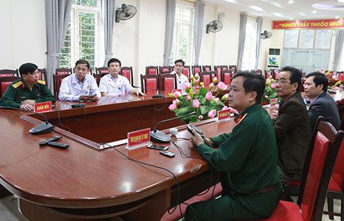 Ê kíp lãnh đạo bệnh viện Quân y 4 hướng dẫn ca phẫu thuật. Ảnh: Nguyễn Hải.