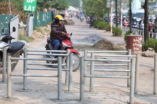 Hệ thống rào chắn được lắp đặt để ngăn người đi ngược chiều. Ảnh: Gia Chính