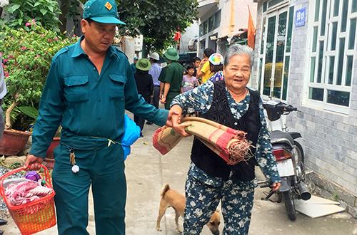 Chính quyền giúp người già ở TP Vũng Tàu đi sơ tán. Ảnh: Nguyễn Khoa.
