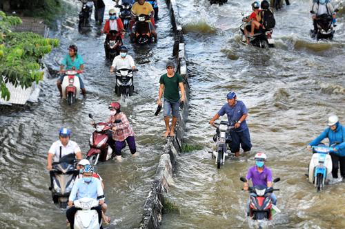 Mưa lớn kèm triều cường sẽ khiến 49 tuyến đường tại TP HCM ngập nặng. Ảnh: Hữu Khoa