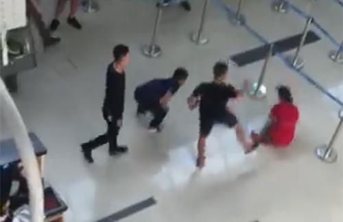 Sau khi đạp ngã nữ nhân viên hàng không, nhóm thanh niên manh động tiếp tục gây gỗ, hành hung nhân viên an ninh ở sân bay Thọ Xuân. Ảnh cắt từ clip.
