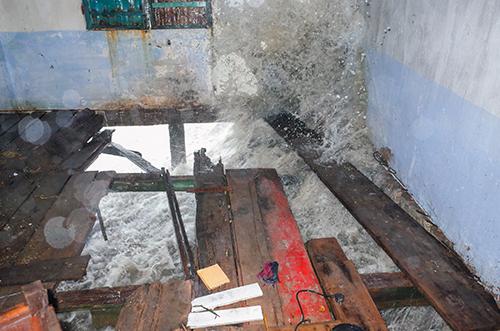 Sóng đánh vào nhà dân ở Cần Giờ. Ảnh: Thành Nguyễn.