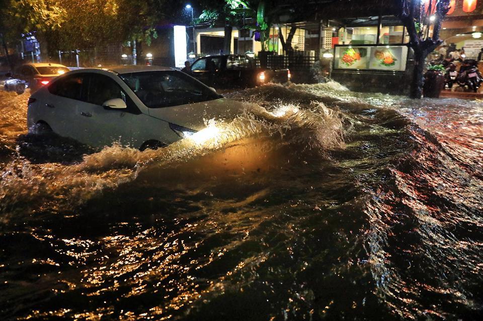 Người Sài Gòn vật lộn trong mưa lớn suốt đêm