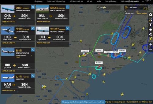 Trang web Flightrada24 ghi nhận hàng loạt chuyến bay phải bay vòng vòng vì không thể đáp cánh xuống Tân Sơn Nhất. Ảnh: Xuân Thắng