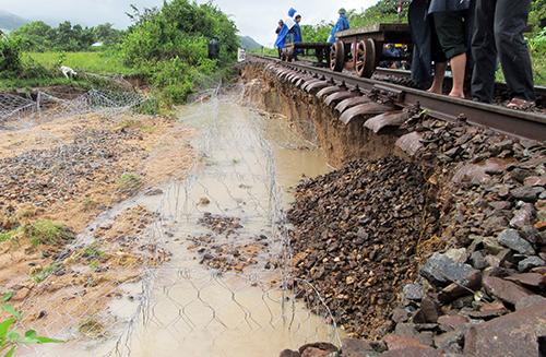 Đường sắt Bắc - Nam thông tuyến sau hơn 30 giờ tê liệt do bão