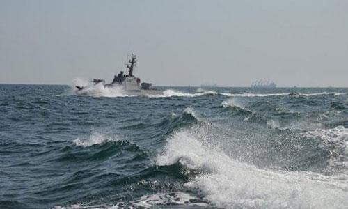Tàu chiến Ukraine trước khi bị tàu tuần tra Nga bắt. Ảnh: Kiev Post.