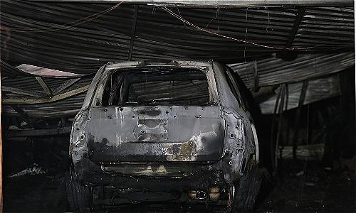 Một chiếc ôtô bị cháy rụi. Ảnh: Gia Chính.