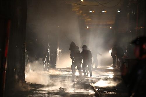 Hàng chục lính cứu hỏa được điều đến hiện trường. Ảnh: Gia Chính