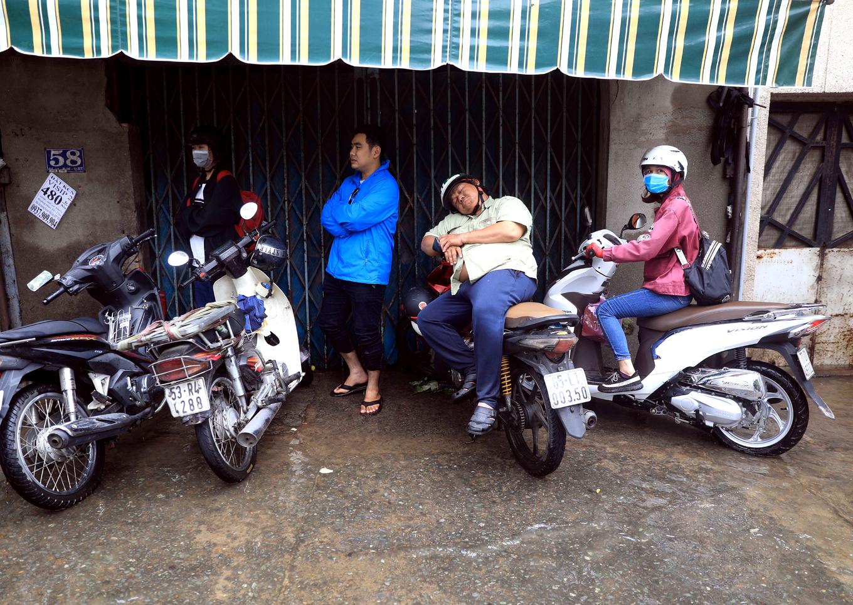 Đường Sài Gòn kẹt từ sáng đến trưa
