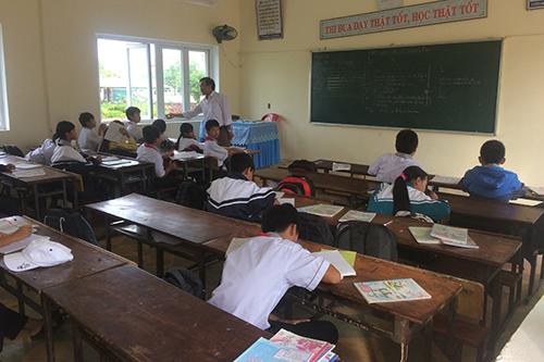 Lớp học trống nhiều bàn vì học sinh lớp 6.2 được mời làm việc với nhà chức trách Quảng Ninh để làm rõ vụ án. Ảnh: Hoàng Táo