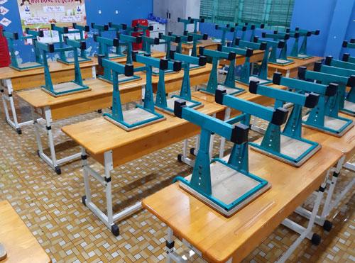 Ghế tại các phòng học ở trường Tiểu học Bông Sao được xếp gọn từ cuối tuần trước để tránh ngập. Ảnh: Dũng Nguyễn.