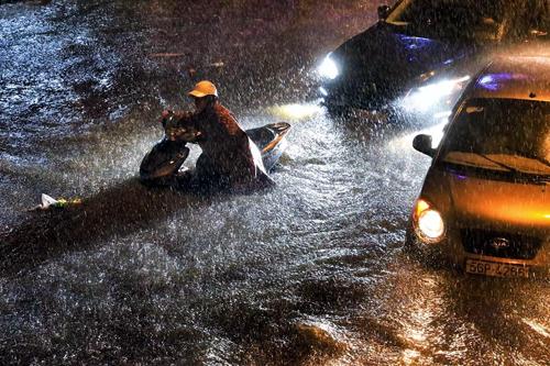 Lượng mưa đổ xuống Sài Gòn đêm qua lập kỷ lục lịch sử. Ảnh: Quỳnh Trần