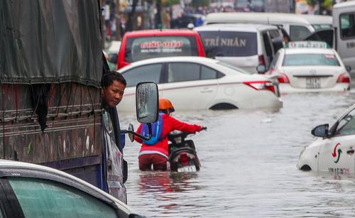 Sáng 26/11, một số tuyến phố tại TP HCM vẫn còn ngập nặng. Ảnh: Quỳnh Trần.
