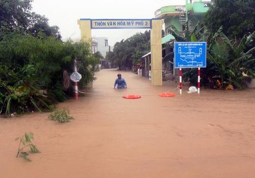 Mưa lũ gây ngập ở xã An Hiệp, huyện Tuy An, Phú Yên, sáng 26/11. Ảnh: Thiên Lý.