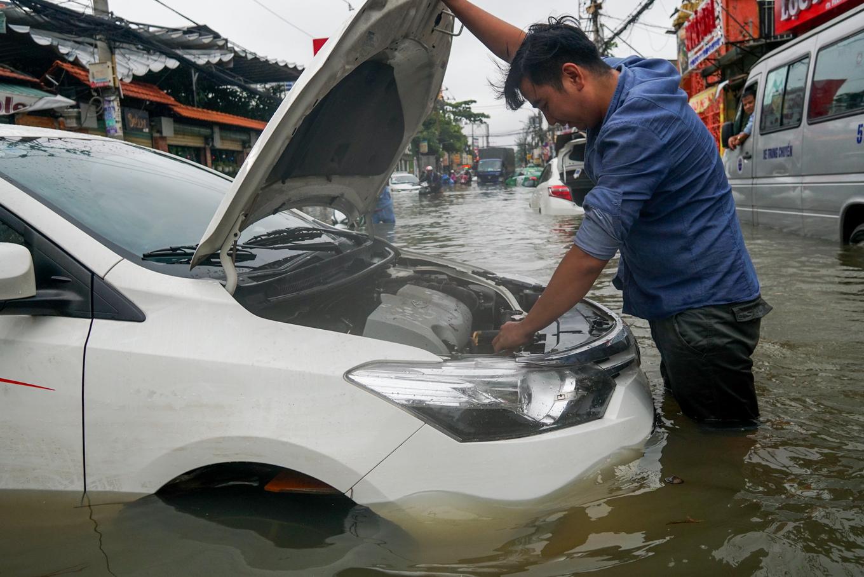 Hàng trăm ôtô chết máy trên đường ngập ở Sài Gòn