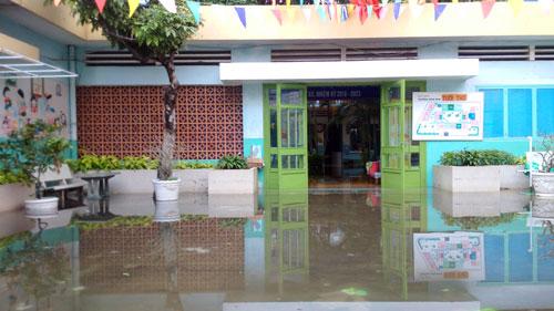 Sân trường Mầm non Tuổi Thơ (quận 8) vẫn ngập nước vào chiều tối 26/11. Ảnh: Mạnh Tùng.