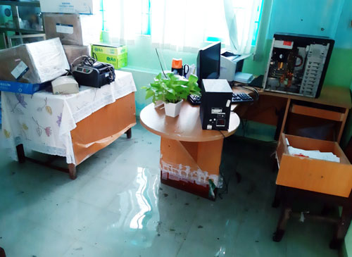 Văn phòng trường Mầm nong Tuổi Thơ ngập nước. Ảnh: Dũng Nguyễn.