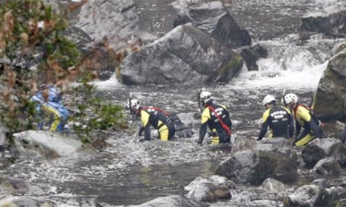 Các thợ lặn xuống sôngGokase ở Takachiho vớt thi thể của nạn nhân thứ 7.