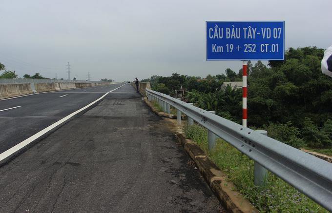 Nhiều vết nứt, lượn sóng trên cao tốc Đà Nẵng - Quảng Ngãi. Ảnh 1