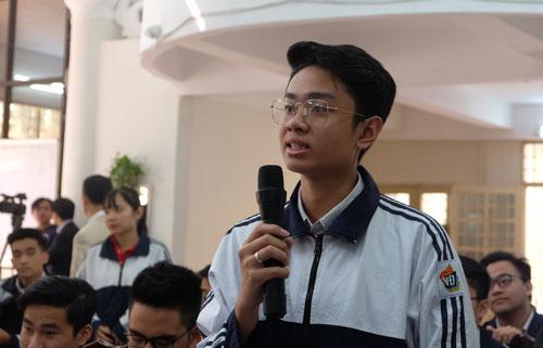 Học sinh trường THPT Việt Đức hỏi về bản chất kỳ thi THPT quốc gia và lý do đề thi năm thì dễ năm lại khó. Ảnh: Quỳnh Trang.