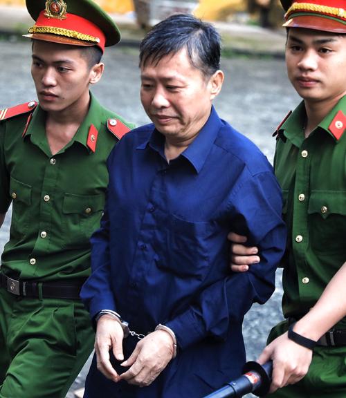 Nguyễn Hồng Ánh (nguyên cán bộ Công an TP HCM) bị cáo buộc tất toán khống 1.900 lượng vàng gây thiệt hại cho DAB hơn 53 tỷ đồng. Ảnh: Hữu Khoa.
