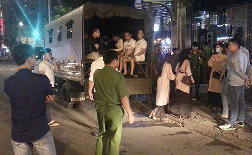 Cảnh sát vây nhà hàng, đưa hơn 70 người về trụ sở. Ảnh: Quốc Thắng.