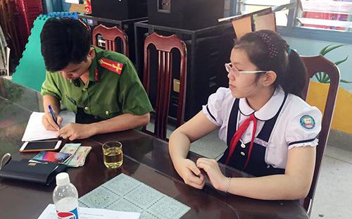 Công an địa phương hỗ trợ nữ sinh trao trả chiếc ví nhặt chứa điện thoại cùng gần 12 triệu đồng cho người đánh rơi. Ảnh: Sỹ Lam