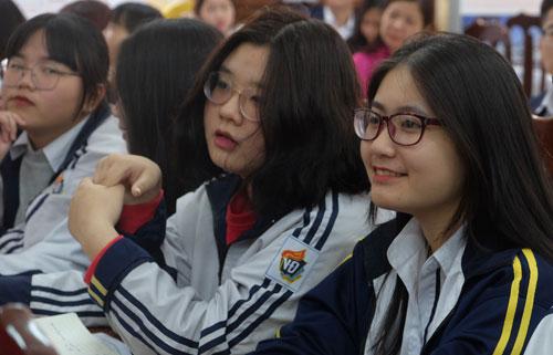 Học sinh trường THPT Việt Đức hứng thú nghe buổi tư vấn chọn nghề của chuyên gia. Ảnh: Quỳnh Trang.