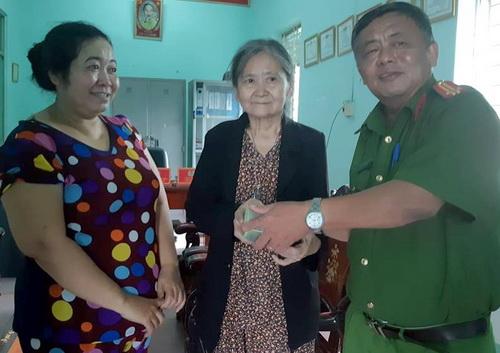 Đại diện công an phường Bửu Hòa cùng chị Tha (bìa trái) trao lại 100 triệu đồng cho bà Hi. Ảnh: Thái Hà