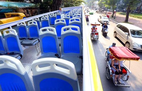 Xe có sức chứa 80 hành khách, tuy nhiên phần lớn ghế ngồi được bố trí ở tầng hai để du khách có thể vãn cảnh Hà Nội. Ảnh: Bá Đô