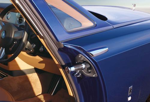 Ô gắn trên cánh cửa ở xe Rolls-Royce Phantom Coupe. Ảnh:Forbes.