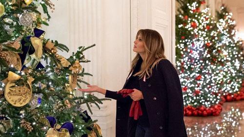 Đệ nhất phu nhân Mỹ Melania Trump bên cây thông Giáng sinh ở Nhà Trắng. Ảnh: White House.