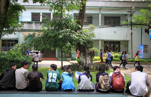 Sinh viên ngồi ở hành lang, ghế đá tại một đại học ở TP HCM. Ảnh minh họa: Mạnh Tùng.
