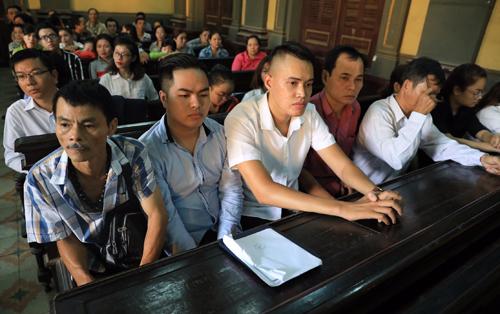 Ông Trần Văn Hoàng (hàng đầu, bên trái) và hàng chục hiệp sĩ tham dự phiên tòa. Ảnh: Hữu Khoa.