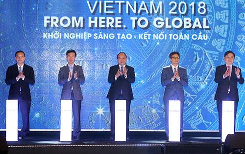 Thủ tướng và lãnh đạo các bộ ngành thực hiện nghi thức khai mạc Techfest. Ảnh: Nguyễn Đông.