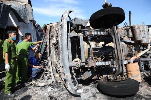 Cơ quan cảnh sát điều tra khám nghiệm xe bồn sáng 22/11. Ảnh: Phước Tuấn.