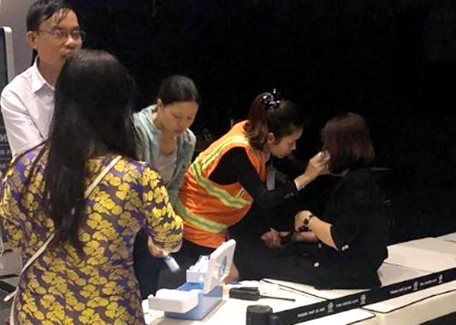Một hành khách được nhân viên chăm sóc tại hiện trường. Ảnh: Lê Văn
