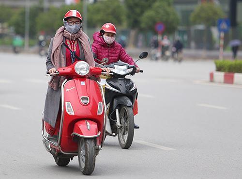 Tuần qua, người dân Hà Nội ra đường phải mặc áo ấm, bởi nhiệt độ buổi sáng chỉ 16-20. Ảnh: Ngọc Thành
