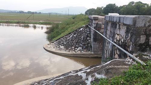 Cống nước nơiđường sắt Bắc Nam đi qua - nơi tìm thấy thi thể anh Trung. Ảnh: Lam Sơn.