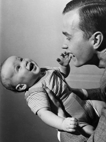 Bush cha và con trai George W. Bush. Ảnh: AP.