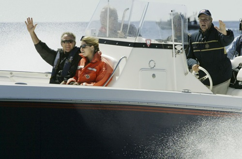 Bush cha (phải) đi đánh cá cùng con trai là Tổng thống George W. Bush tháng 4/2004. Ảnh: AP.