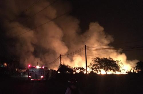 Khói lửa bốc cao cuồn cuộn khi đám cháy xảy ra. Ảnh: Nguyệt Triều