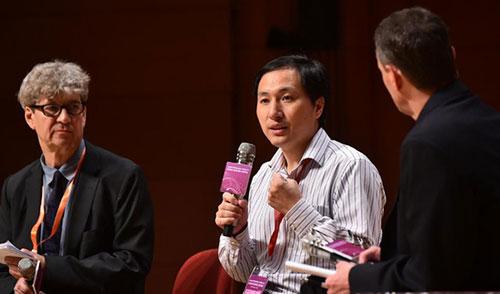 Ông Hạ Kiến Khuê (giữa) tại hội nghị quốc tế lần thứ 2 về chỉnh sửa gene tại Hồng Kông ngày 28/11.