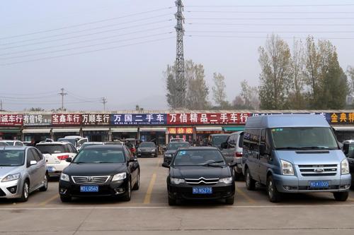 Một chợ ôtô cũ tại Hà Nam. Ảnh: Reuters/Yilei Sun
