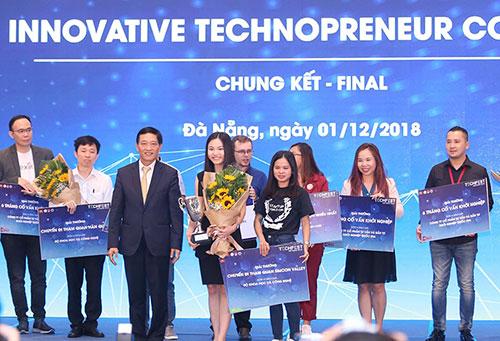 Thứ trưởngKhoa học và Công nghệ Trần Văn Tùng trao giải cho đội đạt giải nhất.