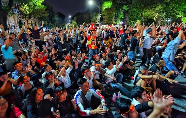 Cổ động viên ăn mừng chiến thắng của tuyển Việt Nam tại phố đi bộ Hồ Gươm. Ảnh: Giang Huy