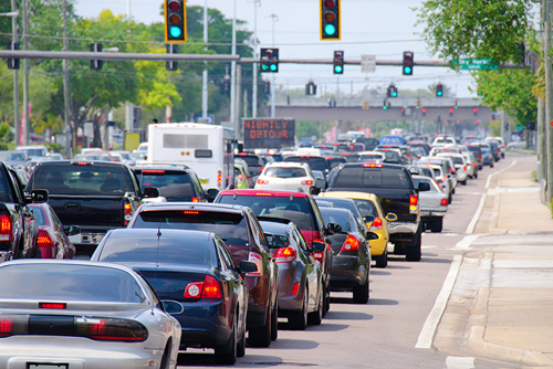 Xe dừng đèn đỏ, tắc đường dễ gây cảm giác đi lùi.