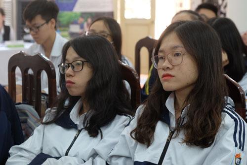 Học sinh lớp 12 trường THPT Việt Đức nghe thông tin về một số điều chỉnh dự kiến trong phương án thi THPT quốc gia 2019. Ảnh: Quỳnh Trang.