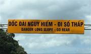 Biển cảnh báo tiếng Anh khó hiểu trên đèo Khánh Lê